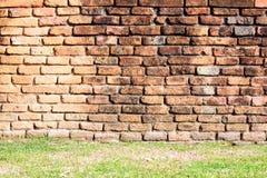 Fondo antiguo de la pared de ladrillo y de la hierba Imagen de archivo libre de regalías