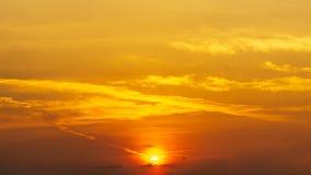 Fondo arancio del cielo di panorama e della natura di alba fotografia stock