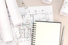 Fondo architettonico con i disegni e gli strumenti tecnici del lavoro Immagine Stock