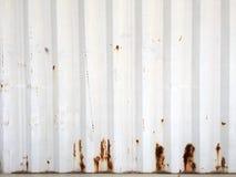 Fondo arrugginito del metallo con i vecchi strati di pittura bianca La struttura ha arrugginito container Fotografie Stock Libere da Diritti