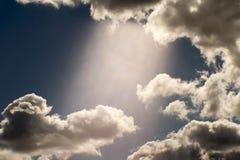 Fondo art?stico borroso Una corriente de la luz contra un cielo azul y nubes blancas La foto fue tomada en una lente suave imagenes de archivo