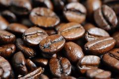 Fondo asado de la macro de los granos de café Foto de archivo libre de regalías