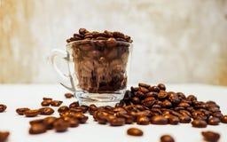 Fondo asado de los granos de café Vidrio archivado con el café, carne asada fotos de archivo