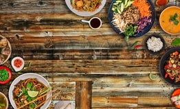 Fondo asi?tico con los diversos ingredientes en la tabla de madera r?stica, visi?n superior de la comida imagen de archivo