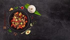 Fondo asi?tico de la comida de la carne de vaca de Szechuan con los diversos ingredientes en la tabla de piedra imágenes de archivo libres de regalías