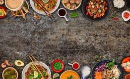 Fondo asi?tico de la comida con los diversos ingredientes en el fondo de piedra r?stico, visi?n superior imagenes de archivo