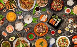 Fondo asi?tico de la comida con los diversos ingredientes en el fondo de piedra r?stico, visi?n superior fotografía de archivo