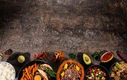 Fondo asi?tico de la comida con los diversos ingredientes en el fondo de piedra r?stico, visi?n superior imagen de archivo