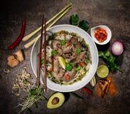 Fondo asi?tico de la comida de Pho BO con los diversos ingredientes en el fondo de piedra r?stico, visi?n superior fotografía de archivo