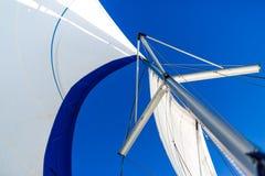 Fondo asombroso del barco y de la vela de navegación bajo luz del sol fotografía de archivo libre de regalías