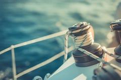Fondo asombroso del barco y de la vela de navegación bajo luz del sol imagen de archivo libre de regalías