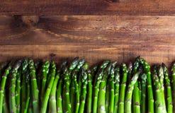 Fondo asparago fresco sulla tavola di legno Immagine Stock Libera da Diritti