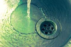 Fondo astratto con acqua di caduta Lavandino della latta, scorrimenti dell'acqua franco Immagini Stock