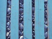 Fondo astratto con i bordi di legno ed i ciottoli fotografie stock libere da diritti