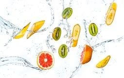 Fondo astratto con i frutti tropicali nelle gocce di acqua Fotografia Stock Libera da Diritti