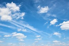 Fondo astratto da cielo blu luminoso con la nuvola molle al giorno Immagine Stock