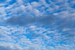 Fondo astratto da un cielo nuvoloso Immagini Stock Libere da Diritti