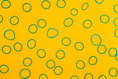 Fondo astratto degli anelli blu su un fondo giallo fotografie stock