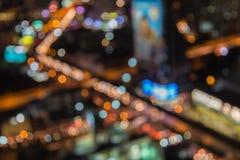 Fondo astratto del bokeh della sfuocatura della luce notturna della città fotografia stock