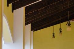 Fondo astratto dell'interno di vecchio hotel dal soffitto di un corridoio con le barre di legno immagine stock libera da diritti
