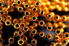 Fondo astratto della collana della perla dell'oro giallo macro Immagine Stock