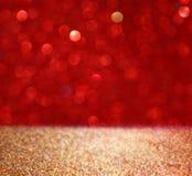 Fondo astratto delle luci del bokeh di scintillio dell'oro e di rosso, defocused fotografia stock