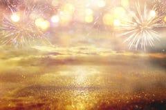 fondo astratto di scintillio dell'argento e dell'oro con i fuochi d'artificio notte di Natale, quarta del concetto di festa di lu Fotografie Stock