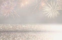 fondo astratto di scintillio dell'argento e dell'oro con i fuochi d'artificio notte di Natale, quarta del concetto di festa di lu Fotografie Stock Libere da Diritti