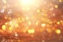 fondo astratto di scintillio dell'argento e dell'oro con i fuochi d'artificio notte di Natale, quarta del concetto di festa di lu Fotografia Stock Libera da Diritti
