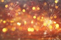 fondo astratto di scintillio dell'argento e dell'oro con i fuochi d'artificio notte di Natale, quarta del concetto di festa di lu Immagini Stock Libere da Diritti