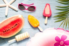 Fondo astratto di vacanza di viaggio dell'insegna di estate con il gelato e l'anguria Immagini Stock Libere da Diritti