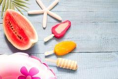 Fondo astratto di vacanza di viaggio dell'insegna di estate con il gelato e l'anguria Fotografia Stock