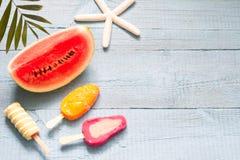 Fondo astratto di vacanza di viaggio dell'insegna di estate con il gelato e l'anguria Immagine Stock