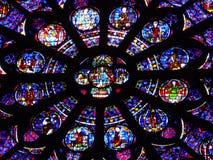 Fondo astratto: Finestra di vetro macchiato Notre Dame de Paris, Immagini Stock Libere da Diritti