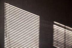 Fondo astratto interessante con un'ombra sul muro di cemento dai ciechi immagine stock libera da diritti