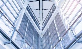 Fondo astratto moderno di architettura con la linea e lo spazio della struttura edile immagine stock