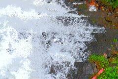 Fondo astratto - spruzza dell'acqua spumosa bianca contro le tonalità di verde e di grigio fotografia stock libera da diritti