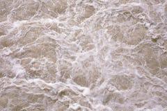 Fondo astratto, superficie rosa approssimativa dell'acqua Acqua rosa di schiumatura Schiuma e bolle Mare di color salmone e epico immagine stock