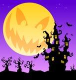 Fondo asustadizo de Halloween con el castillo, los árboles y la luna horrible Imágenes de archivo libres de regalías