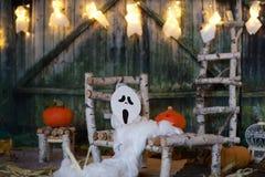 Fondo asustadizo de la noche de Halloween en un campo Fotografía de archivo libre de regalías