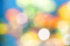 Fondo azul abstracto con los puntos coloreados borrosos Fotografía de archivo