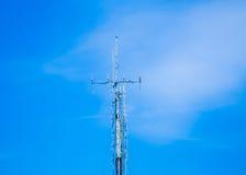 Fondo azul, antena, transmisor Fotografía de archivo