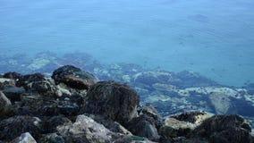 Fondo azul claro y tranquilo de la superficie del fiordo metrajes