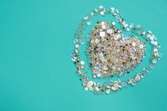 Fondo azul con el corazón de lentejuelas y de gotas Fotos de archivo libres de regalías