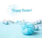 Fondo azul con el huevo adornado y un subtítulo Fotografía de archivo libre de regalías