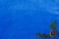 Fondo azul con la decoración en un coner Foto de archivo libre de regalías