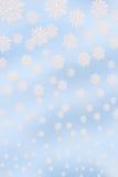 Fondo azul con los copos de nieve Fotos de archivo