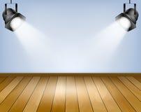Fondo azul con los proyectores. Estudio con el piso de madera Imagen de archivo