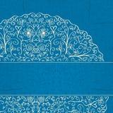 Fondo azul con media Mandala Ornament en la esquina Imagenes de archivo