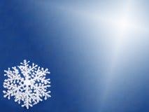 Fondo azul con un copo de nieve blanco Fotografía de archivo